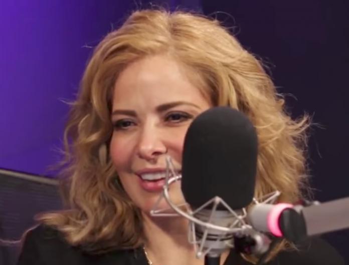 Gloria Trevi bromea en la radio