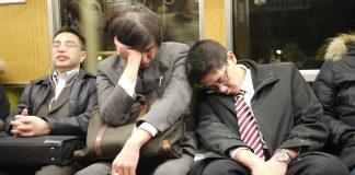 Personas cansadas en Japón